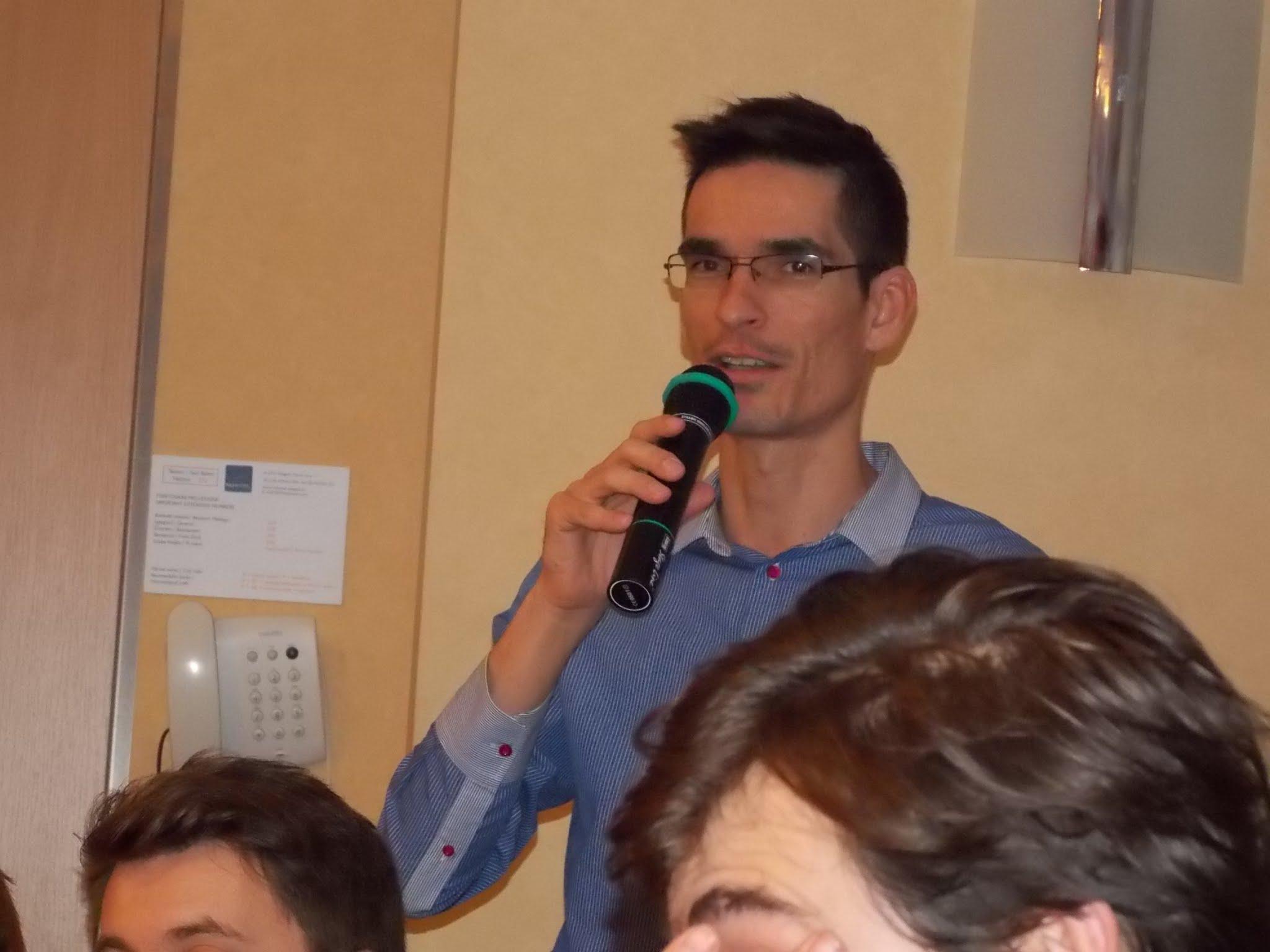 A szegedi konferencián tartott közgyűlésen 2012-ben.  Ez volt az utolsó Facebook profilképe